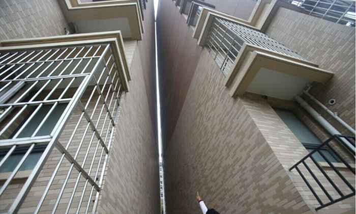 上海浦东楼房发生倾斜 两栋高楼碰在一起 (8)